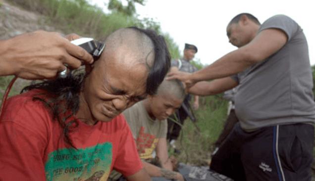 En indonesia, la policía afeitó la cabeza y sometió a entrenamiento disciplinar de tipo militar a un grupo de jóvenes por acudir a un concierto punk. Fotógrafo: Hotli Simanjuntak/EPA