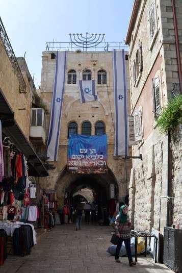 Una mujer recorre las calles del barrio musulmán de Jerusalén, frente a la antigua casa de Ariel Sharon. Foto de Daniel Rossello