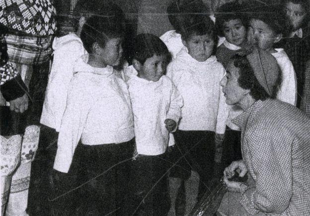 La Reina Ingrid ante los niños groenlandeses. Ninguno sonríe. BBC
