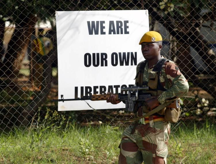 El discurso de Mugabe continúa con la retórica anticolonial, solo que ahora reconducida hacia el nacionalismo interior. (AP PHOTO/Tsvangirayi Mukwazhi)