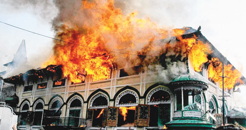 El santuario de Dastgeer Sahib ardía tras un ataque en 2012. Fuente: The Telegraph (India)