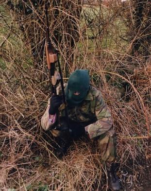 Un voluntario del IRA armado con un rifle de asalto de patrulla en Irlanda del Norte (2004)