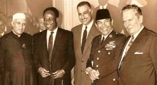 De izquierda a derecha: Nehru, primer ministro de India; Krame Nkrumah, presidente de Gana; Gamal Abdel Nasser, de la República Árabe Unida; Sukarno, presidente de Indonesia, y Tito, presidente de Yugoslavia, en un encuentro en la delegación yugoslava ante Naciones Unidas (Nueva York, 30 de septiembre de 1970). Fuente: teleSUR