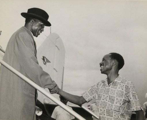 El presidente malauí Hastings Banda —izquierda— durante uno de sus encuentros con el presidente de Tanzania —derecha— Julius Nyerere (1970). Fuente: Wikimedia