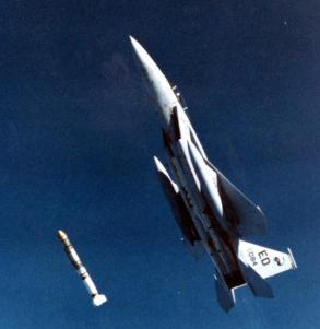 Un F15 Eagle estadounidense lanzando un misil ASM-135 en 1985. Fuente: Ejercitos.org