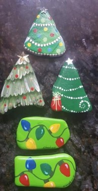 16 Best DIY Christmas Painting Rocks Design 08