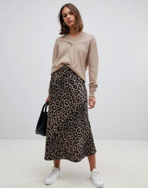 26 Looking More Beautiful With Leopard Satin Skirt As Your Fall Outfit 12
