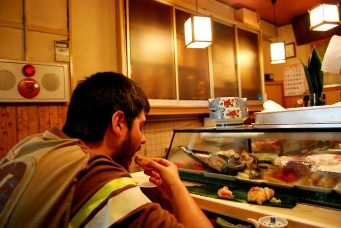 Pau comiendo sushi en Tsukiji