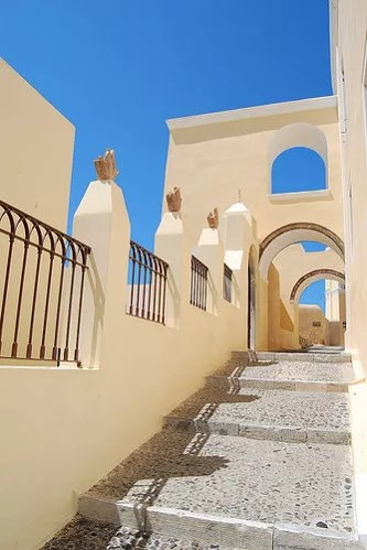 Acceso a la Catedral Católica de Fira