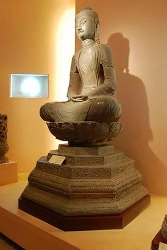 Buda de piedra en el Museo de Historia de Hanoi