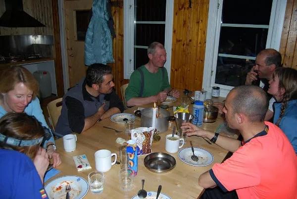 Cenando en el refugio