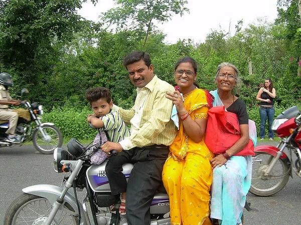 Cuatro en una moto