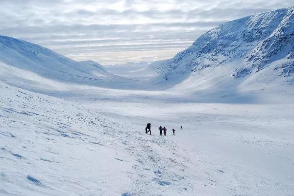 Descendiendo el paso Tjäktja en Laponia Sueca Sälka y el pachinko de las nieves en Laponia Sueca