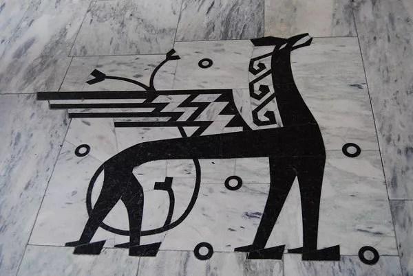 Detalle en el mármol del Ayuntamiento de Oslo