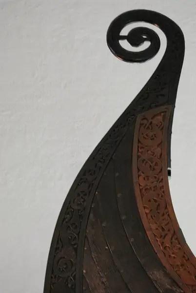 Detalles de un barco vikingo expuesto en Oslo