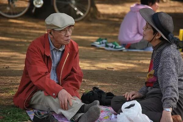 Dos ancianos de picnic en el parque Yoyogi de Tokio