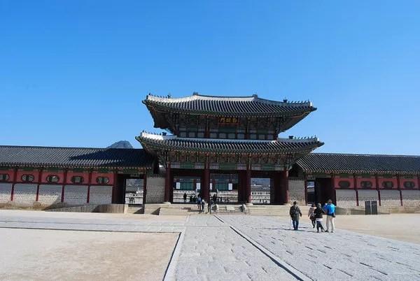 Entrando al Palacio Gyeongbokgung de Seúl