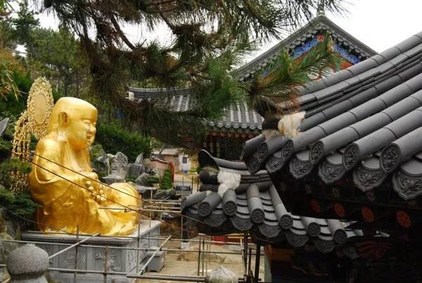 Estatua de buda en el Templo Haedong Yonggungsa de Busan