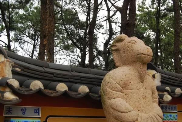 Estatua de los signos zodiacales en el Templo Haedong Yonggungsa de Busan