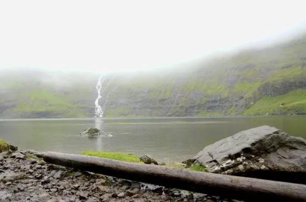 Fotos Islas Feroe, Saksun. Lago y tronco