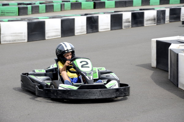 Fotos Salou, Teo pilotando en el Electric Karting Salou