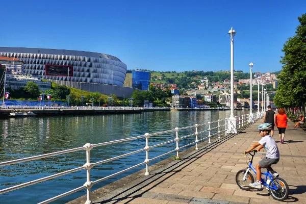 Fotos de Bilbao, Teo en bicicleta y el nuevo San Mamés