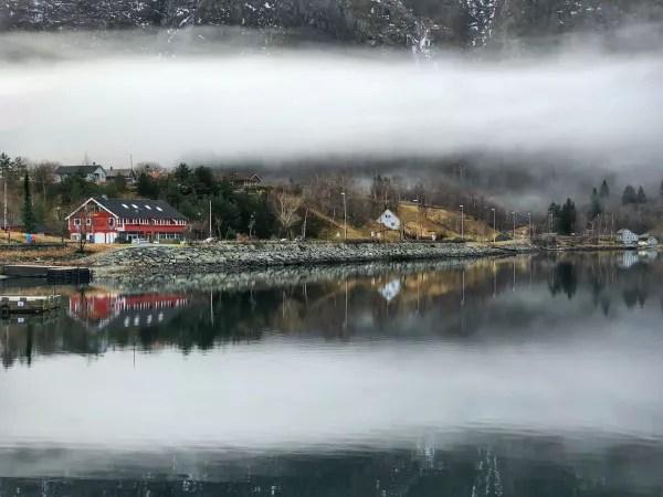 Fotos de Eidfjord en Noruega, casitas de colores en la niebla