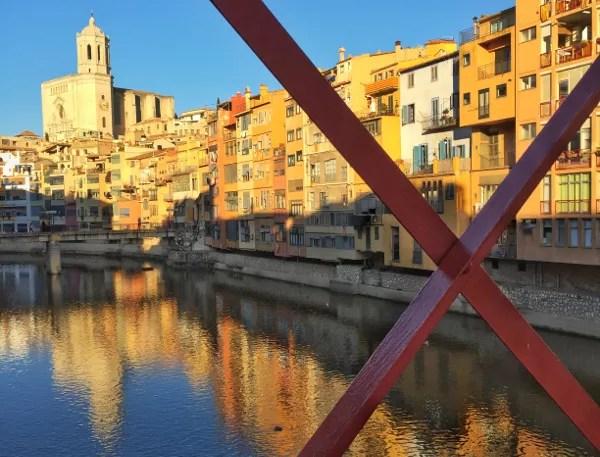 Fotos de Girona, puenta y casas colores rio Onar