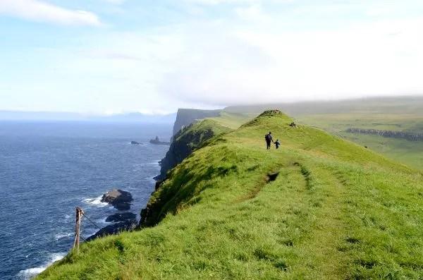 Fotos de Islas Feroe. Mykines, Vero, Teo y Oriol andando
