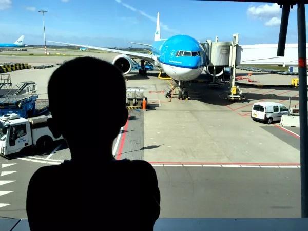 Fotos de Japon, Teo mirando el avión de KLM