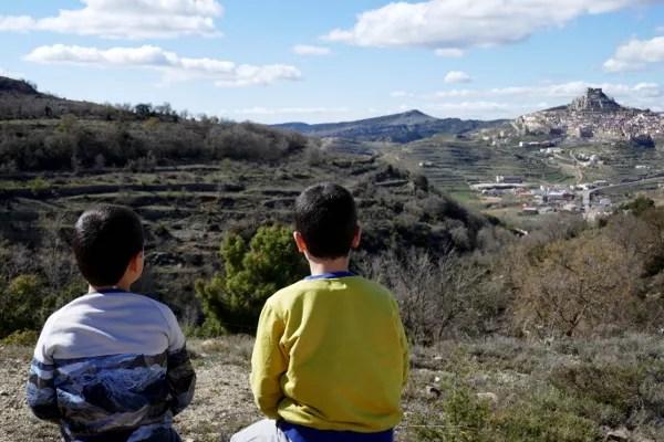Fotos de Morella, Teo i Oriol mirando el pueblo