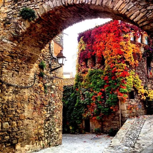 Fotos de Peratallada en la Costa Brava, arcada en otoño