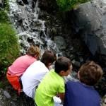 Fotos de Pirineo de Lleida, los ninos en Aiguestortes mirando riachuelo