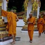 Fotos de Tailandia - crucero desde Ayutthaya, monjes caminando en el Wat Bangkhla