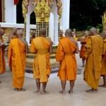 Fotos de Tailandia - crucero desde Ayutthaya, monjes de pie en el Wat Bangkhla