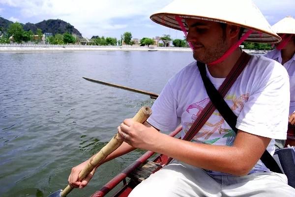 Fotos de Tam Coc en Vietnam, Pau remando con gorro conico