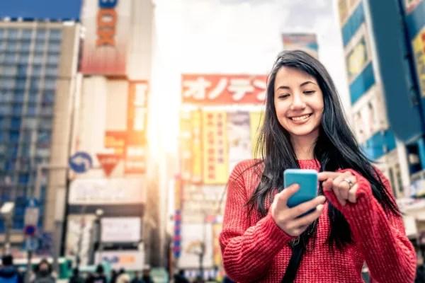 Fotos de Tokio en Japon, mujer con telefono movil