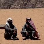 Fotos de Wadi Rum, Jordania - beduinos charlando
