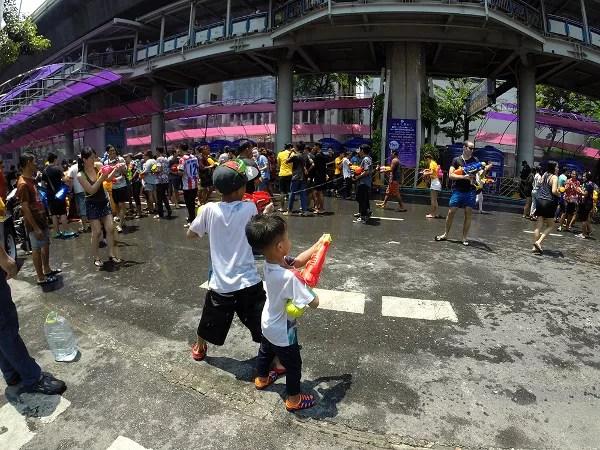 Fotos de viajes a Tailandia con niños y NaaiTravels, Songkran