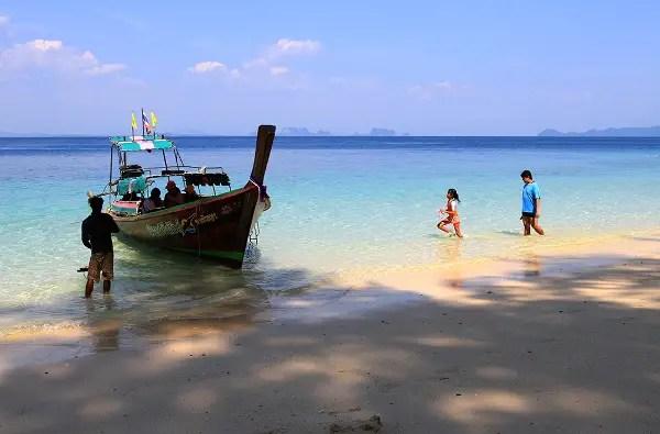 Fotos de viajes a Tailandia con niños y NaaiTravels, playa y barca
