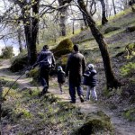 Fotos del Valle del Jerte en Caceres. Pau, Vero, Teo y Oriol caminando Ruta de las Nogaledas