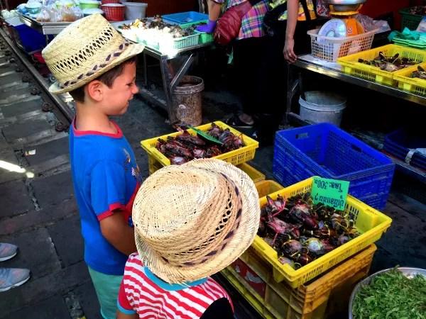Fotos del viaje a Tailandia con niños, Teo y Oriol mercado tren