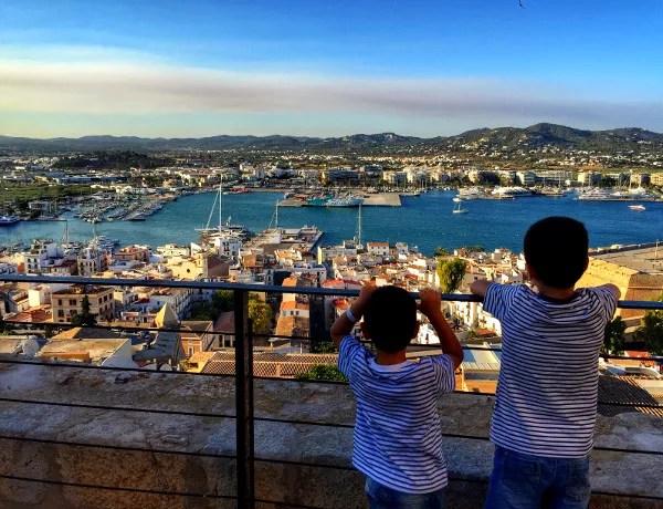 Teo y Oriol en el Dalt Vila de Ibiza