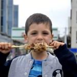 Fotos de Japon, Teo comiendo yakitori