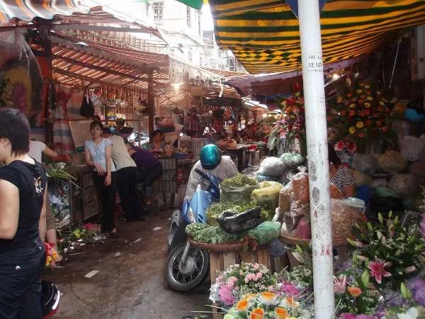Mercado callejero en la zona de Hoan Kiem