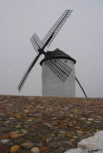 Molino de viento de Campo de Criptana en la niebla