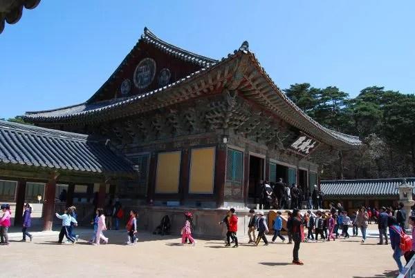 Niños en el templo Bulguksa de Gyeongju