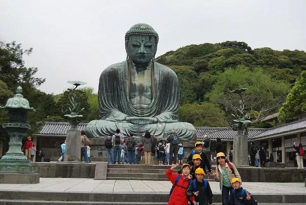 Niños japoneses ante el Gran Buda de Kamakura