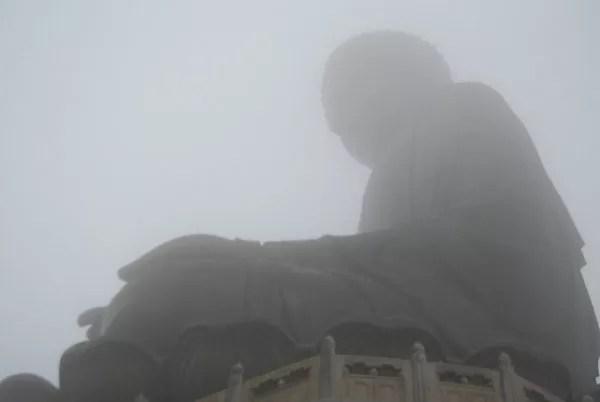 No se ve al Buda de Tian Tau por la niebla