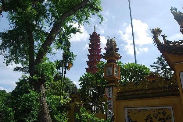 Pagoda de Tran Quoc tras la vegetación